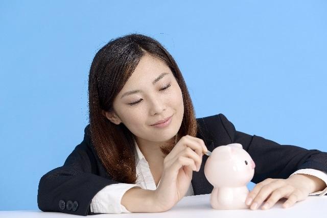 貯金するビジネス女性