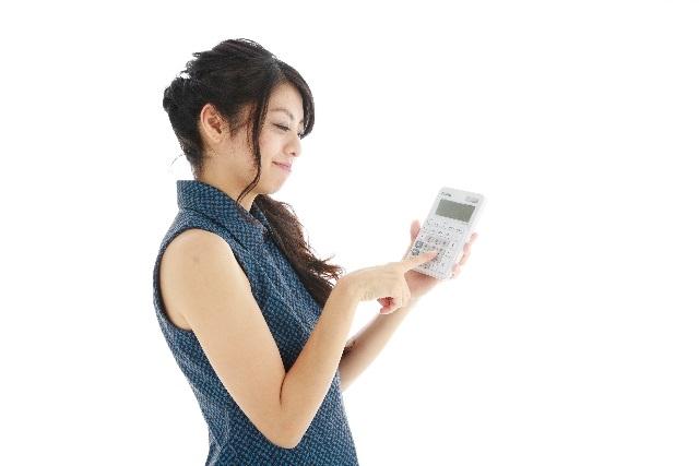 電卓をたたく女性